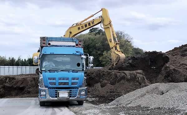 建設資材と重機のイメージ